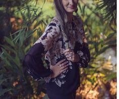 A BLUSA CHIFFON ESTAMPADA é confeccionada em chiffon preto. Possui shape solto ao corpo, manga comprida e fluida. A estampa floral tem tons de rosé e um suave marrom, trazendo ainda mais delicadeza à peça.