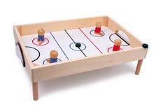 Tisch-Hockey. Schnelle Reaktionen und flinke Hände sind bei diesem Spiel aus stabilem Schichtholz gefordert! Auf den Tisch oder Boden gestellt und schon geht's los – die Spielfiguren auf den Kennzeichnungen positionieren, dann den Puk ins gegnerische Tor schießen und Angriffe geschickt abwehren. Die Beine sind mit Gummistoppern und Gewindeschrauben versehen.