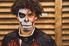 Inspiratie nodig voor jouw heren #Halloween kostuum? Ga als griezelige landheer en zorg voor bijpassende schmink! Halloween Face Makeup, Fictional Characters, Fantasy Characters