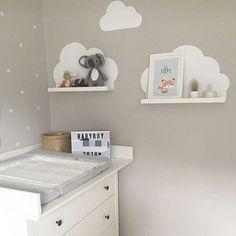 Ich Köln ist heute keine Wolke am Himmel! Nur an den Wolken Wandgestaltung fürs Babyzimmer: Die weißen Wolkensticker zusammen mit den IKEA Bilderleisten machen sich wunderschön auf der grauen Wand und passen super zur Wickelkommode. Danke für das schöne Bild an @fraulichterglanz . . #wolkentattoo #wolkensticker #wolkenliebe #ikeahack #ikeahacks #ikeakids #ikeadiy #babyzimmerdeko #babyzimmer
