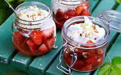 Softice med marinerede jordbær og sprød marcipan En nem og dejlig dessert, der smager allerbedst, når jordbærrene er sødest og rødest! Uden for jordbærsæsonen kan desserten laves med andet frugt.