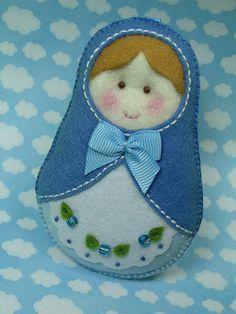good idea for a felt matryoshka doll! Felt Crafts, Fabric Crafts, Sewing Crafts, Sewing Projects, Felt Christmas Ornaments, Christmas Crafts, Felt Decorations, Matryoshka Doll, Felt Patterns