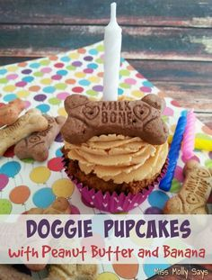Pupcakes are made with peanut butter and banana and they even have icin'! That's some WOOFALICIOUS eatin' right there!Doggie Pupcakes are made with peanut butter and banana and they even have icin'! That's some WOOFALICIOUS eatin' right there! Puppy Treats, Diy Dog Treats, Homemade Dog Treats, Healthy Dog Treats, Birthday Treats For Dogs, Birthday Cake For Dogs, Doggy Birthday, Dog Cake Recipes, Dog Treat Recipes
