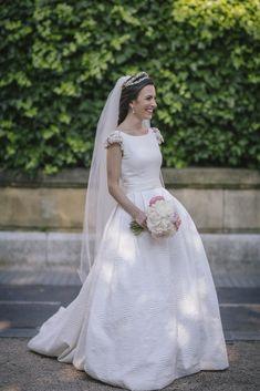 Así fue la boda Victoria, nuestra protagonista de hoy en el blog de Beatriz Alvaro. ¡Te contamos todos los detalles de su vestido de novia brocado!