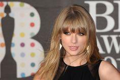 Taylor Swift emmarca su mirada con flequillo recto