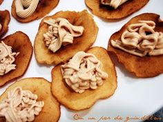 Chips de manzana con mousse de foie Food N, Good Food, Food And Drink, Xmas Dinner, Salty Foods, Seafood Dishes, Appetizer Recipes, Brunch Appetizers, Finger Foods