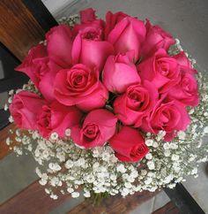 Bouquet en rosas fucsia y gypsophillas.