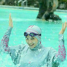 "Berenang itu salah satu #sunnah lho dear.. Dari Jabir bin Abdillah radhiyallahuanhu bahwa Rasulullah SAW bersabda""Segala sesuatu yang di dalamnya tidak mengandung dzikrullah merupakan perbuatan sia-sia senda gurau dan permainan kecuali empat (perkara) yaitu senda gurau suami dengan istrinya melatih kuda berlatih memanah dan mengajarkan renang.(HR. An-Nasai). Nih kenalin baju renang Muslimah dari @polite_swim. Desainnya stylish dan yg pasti syar'i dong.. .  Yuk Follow sekarang juga…"