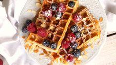 gesunde belgische Waffeln ohne Butter Ihr braucht: (für 1 Portion = 2-3 belgische Waffeln) 1 Ei, 10g geriebene Haselnüsse, 50g Joghurt, 40g Dinkelmehl, Schuss Milch (Makros für 1 Portion ohne Topping: 320 kcal, 29g KH, 20g Eiweiß, 13g Fett)