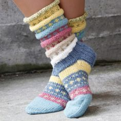 Norwegian knitting idea for pretty socks Tutti Frutti sokken. Norwegian knitting idea for pretty socks - Knitting 2019 trend Crochet Socks, Knitting Socks, Hand Knitting, Knitting Patterns, Knit Crochet, Crochet Patterns, Knit Socks, Woolen Socks, Knitted Gloves