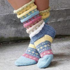 Pakke med oppskrift og garn til to par sokker i pastellfarger.