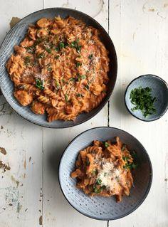 One pot pasta med kylling i cremet tomatsauce Yummy Eats, Yummy Food, Vegetarian Recipes, Healthy Recipes, One Pot Pasta, Dinner Is Served, Food Cravings, Italian Recipes, Foodies