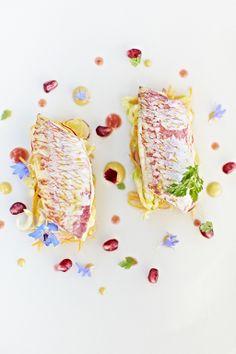 Filets de rougets marinés au kumbawa, salade de légumes croquants et vinaigrette aux perles de grenade.