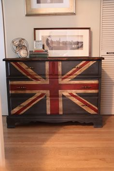 meg made designs: Painting a Union Jack/British Flag on a dresser tutorial Painted Chairs, Painted Furniture, British Themed Rooms, Furniture Projects, Diy Furniture, Furniture Refinishing, Union Jack Dresser, Union Jack Decor, British Decor