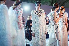 En backstage du défilé Giambattista Valli haute couture printemps-été 2015 http://www.vogue.fr/mode/inspirations/diaporama/fwhc15-en-backstage-du-dfil-giambattista-valli-haute-couture/18769/carrousel#2