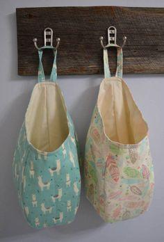 Dies ist ein Muster + Anleitung für eine hängende Frucht Ablagekorb. Diese Taschen sind ideal für die Füllung voller Einkaufstüten, warf in Lose Spielzeug aus den Augen, Füllung mit Winter-tragen wie Schals, Hüte, und Handschuhe usw. zu bekommen. Dies ist eine schnelle und