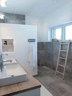 Baddesign, Zementlook, natürlich, ruhig, gemauerte Dusche, Waschti Holz, weiß und grau,, Neubau