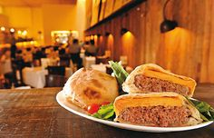 Forneria cheeseburger: panino recheado com uma mistura de picanha e alcatra moídas e duas fatias de cheddar, preparado no forno a lenha da Forneria San Paolo (Foto: Tadeu Brunelli/Época SP)