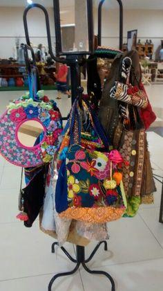 Bolsas,espelhos customizado.É com a artesã Sara.