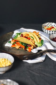 SiMS | LABiM: CHiCKEN TACOS. ODER: MEXiKANiSCHES TEMPERAMENT AUF DEM TELLER. Chicken Tacos, Teller, Sims, Mexican, Ethnic Recipes, Blog, Oder, Cold, Recipes