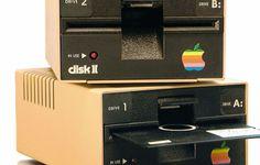 1978 – Disk II. Primera unidad de almacenamiento externo de 5¼ pulgadas lanzado para el Apple II con 140K