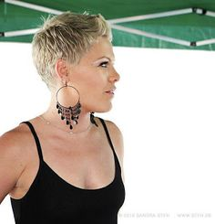 The Pixie Revolution: Pixie, sidebuzzed, undercut buzzed pics Love her, love the hair! Short Sassy Hair, Short Pixie, Short Hair Cuts, Short Hair Styles, Pixie Cuts, Buzzed Pixie, Buzzed Hair, Pixie Hairstyles, Cool Hairstyles