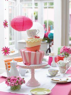 gâteau à 3 étages magnifique pour une fête à thème Alice au pays des merveilles