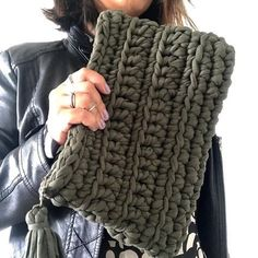 Dark green clutch bag - Everything About Knitting Crochet Woman, Love Crochet, Knit Crochet, Crochet Clutch, Crochet Purses, Yarn Projects, Crochet Projects, Knitting Patterns, Crochet Stitches