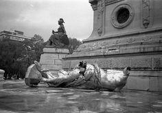 angel de la independencia 1957   *********     El monumento del Ángel de la Independencia fue inaugurado en 1910 por Díaz a propósito del centenario de la Independencia, pero el 28 de julio de 1957 la Victoria Alada cayó de la columna a causa de un terremoto.