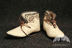 Stivali medievali in stile celtico con fregi  http://armstreetitaly.com/negozio/calzature/stivali-medievali-in-stile-celtico-con-fregi