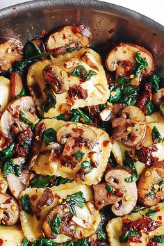 Mushroom Ravioli with Spinach - this easy meatless pasta dinner requires only 6 ingredients and 30 minutes! Mushrooms are sauteed with spinach, garlic, sun-dried tomatoes and combined with ravioli. My family loves Italian filled pasta combined Pasta Recipes, Cooking Recipes, Chicken Recipes, Dinner Recipes, Great Recipes, Favorite Recipes, Retro Recipes, Spinach Stuffed Mushrooms, Spinach And Mushroom