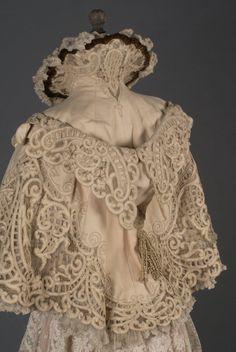 Superbe mantelet du soir à capuche, DOUCET, vers 1895-1898 Drap de laine