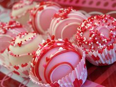 Valentine's Day Cake Balls Cake Pops by Dolcecreativesweets Valentine Desserts, Valentines Day Desserts, Valentine Cake, Valentine Treats, Holiday Treats, Valentines Cakepops, Cake Pops, Valentinstag Special, Chocolate Covered Strawberries