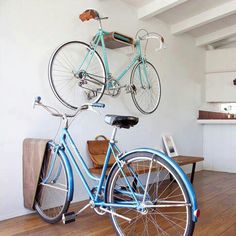 Duas ótimas ideias para guardar bicicletas.
