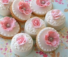 Precious White Petit Fours with Pink Flowers & Silver Dragees - Cómo decorar galletas con bolitas perfectas usando royal icing o glasa (glacé real)
