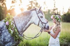 Horse photography session: blonde girl wearing a flower crown and white dress, with her grey gelding wearing a wreath of flowers. Horse Photos, Horse Pictures, Horse Girl, Horse Love, Clydesdale, Pretty Horses, Beautiful Horses, Horse Flowers, Book 15 Anos