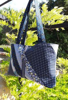 Sac cabas,sac porté à l'épaule, sac à main, patchwork de bleu,tissu coton imprimé fleurs, feuille, bulles , tissu japonais,Couleurs pivoine