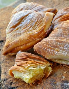 Sfogliatelle ricce napoletane fatte in casa vickyart (Not sure what these are or what language it's even in, but they look good(. Italian Pastries, Italian Desserts, Italian Dishes, Italian Recipes, Wine Recipes, Cooking Recipes, Good Food, Yummy Food, Italian Cookies