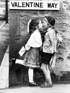 ideas for young children photography kiss Vintage Photography, Couple Photography, Children Photography, Photo Vintage, Vintage Love, Old Pictures, Old Photos, Vogue Covers, Young Love
