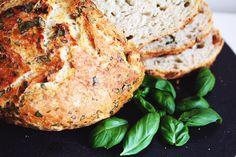 Tätä herkkuleipää ei vaivata lainkaan. Aromikkaan maun salaisuus on pitkä kohotusaika. Padassa paistettuna leipä on rapea pinnalta ja pehmeä sisältä. Voit käyttää keraamista, lasista tai valurautaista kannellista pataa.