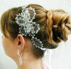 Deby noivas - Tiara noivas telinha, perolas e flor R$ 185,90  ou 12x de R$ 17,91 no cartão