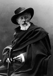 Holger Drachmann med sin karakteristiske beklædning - hat, kappe, stok og cigaret. Flere af hans beklædningsgenstande er udstillet i Drachmanns Hus