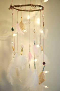 This is so soft and subtle, with its white, cream, and pink feathers. It features pink string and gold, silver and copper accents. It has crystal - DIY Project Idea Dreamcatchers, Dreamcatcher Feathers, Diy And Crafts, Arts And Crafts, Dream Catcher Mobile, Native American Girls, Pink Feathers, Girl Nursery, Tribal Nursery