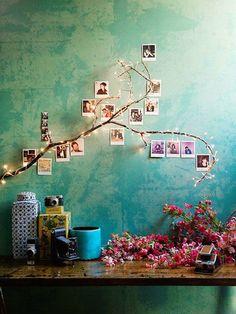 El primer fruto de mi inspiración: una rama que sirve de guía a una guirnalda de luces blancas y a una serie de polaroids que, en lugar de colgar de ella, se pegan a la pared.