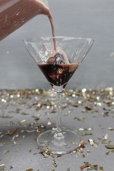 Koffie als ingrediënt in een cocktail, waarom niet! Zo vormen een scheut espressolikeur en amandelmelk de basis voor een verrassende cocktail.