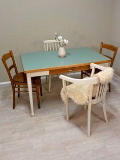 Vorerst letzter Linoleum Tisch in Mintgrün: Tischplatte mit Mintgrünem Linoleum versehen, Gestell Cremeweiß lackiert. Die Schublade ist in Teakgold gebeizt und mit einem Muschelgriff versehen... #Esstisch #Küchentisch #Tisch #Linoleum #Mintgrün #mint #RetrosalonKöln #Retrosalon #Vintagemöbel #vintagefurniture #vintage #Upcycling #interiordesign #interior #Inneneinrichtung #Einrichtung #Inneneinrichter #Köln