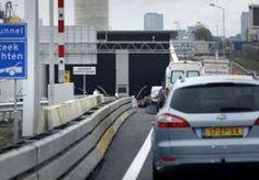 22-Oct-2015 11:59 - COENTUNNEL DICHT VANWEGE GASLUCHT. De Coentunnel bij Amsterdam is in beide richtingen gesloten omdat er een gaslucht hangt. De hulpdiensten doen onderzoek naar de oorsprong van de lucht. Vanmorgen werd in beide tunnelbuizen een gaslucht geroken door weggebruikers. Daarop werd de tunnel afgesloten en het verkeer omgeleid door de Zeeburgertunnel.