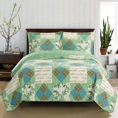 Deluxe Davina Oversized Coverlet Set Reversible quilt-like coverlet. This coverlet is reversible to a light green leafy design on a dark green background. Green Bedding, Green Quilt, Coverlet Bedding, Bedding Sets, Chic Bedding, Modern Bedding, Bed Ensemble, Floral Bedspread, Quilt Sets Queen