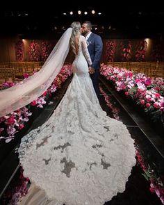 O @rodolfosantosfotografo arrasa tanto nas fotos espontâneas, quanto nas posadas! 💕 Nos cliques protocolares, cada detalhe é pensado para que a foto fique perfeita: o cenário, a luz, a cauda do vestido, o véu, a posição do casal… 😍 #casamento #wedding #fotodecasamento