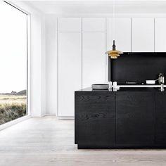 That black oak cabinetry is ❤ Minimalist modern vibes by multiform. Black Kitchens, Kitchen Black, Modern Kitchens, Luxury Kitchens, Rustic Curtains, Modern Shower, Bathroom Design Luxury, Küchen Design, Interior Design